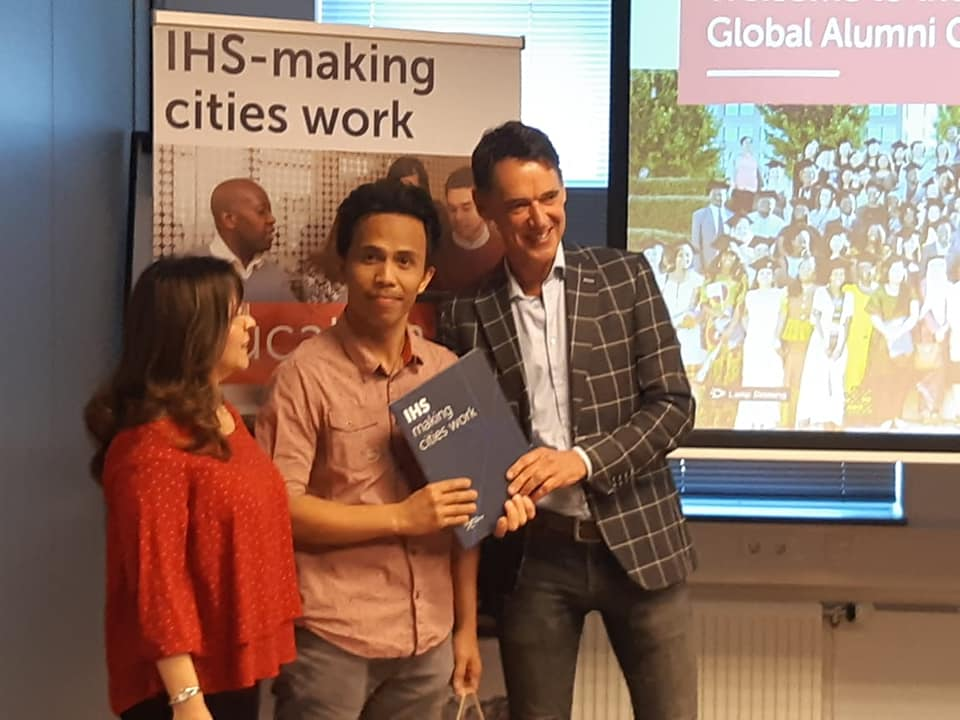 Armand N. Camhol receives his diploma from IHS Director Kees van Rooijen